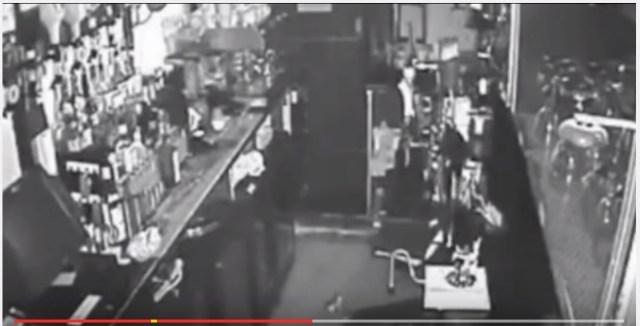 怪奇! 誰もいないはずのバーのグラスが次々と落下する現象をカメラが捉えていた!!