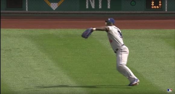 【衝撃野球動画】イチロー選手並のレーザービームで走者をアウトにするスーパープレイがメジャーリーグで炸裂!!