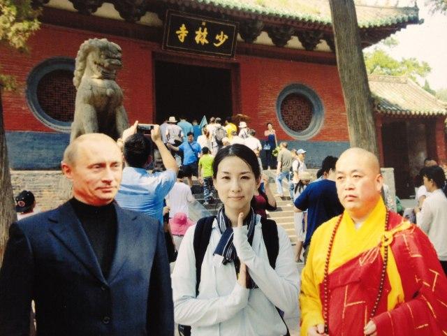 【衝撃事実】少林寺で記念写真を撮ってもらったらプーチン大統領が写っていた