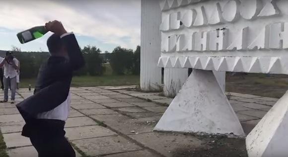 【おそロシア】ロシアの結婚式でシャンパンを割ろうとした新郎に奇跡のハプニングが発生
