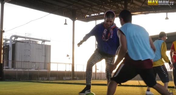 【衝撃サッカー動画】おばちゃんと美女が男子選手をチンチン! 披露した神テクニックがヤバすぎる!!