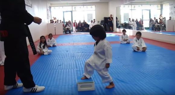 【激萌え動画】テコンドー教室で板割りに挑戦するチビッコがかわいすぎて世界のユーザーをKO中!!