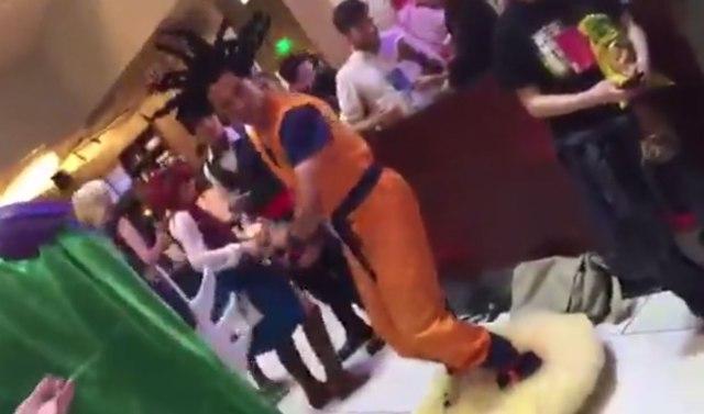 【動画】これどうなってるの!? 海外の悟空のコスプレイヤーが筋斗雲に乗って登場して話題 / 動画は1000万回超の大ヒットに