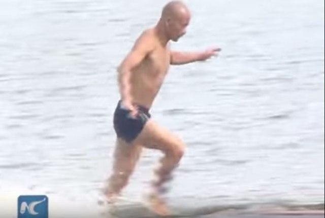 【衝撃動画】さすがは少林寺!! 水の上を走る武僧が激撮される / その距離なんと125m!
