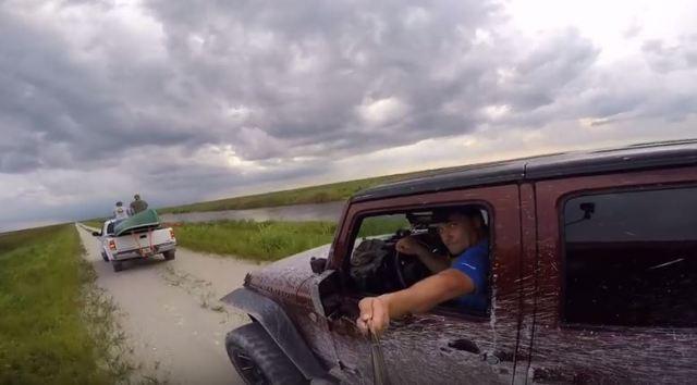 【注意喚起】自撮り棒で撮影しながら運転したらこうなっちゃうぞって動画