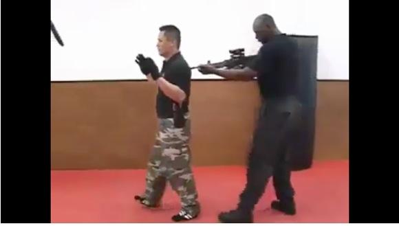 【スローモーション推奨】拳銃で襲われたときの対処法を説明した動画がスゴい! これぞプロの技だ!!