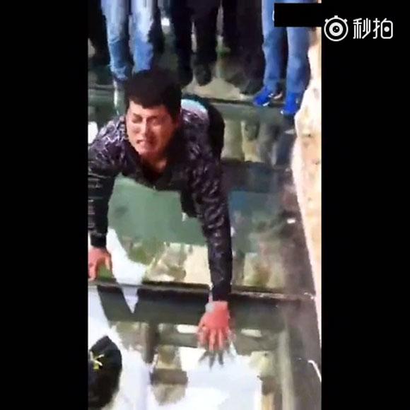 """【閲覧注意】中国の断崖絶壁に """"足元丸見え"""" のガラスの歩道! その怖さがよーく伝わってくる動画が話題"""