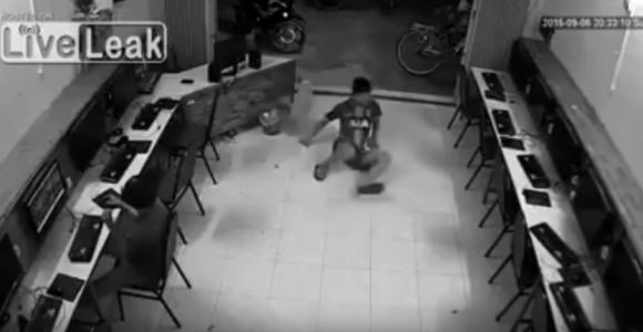 【痛すぎる自業自得動画】イヌを後ろから蹴ろうとして天罰が下った男