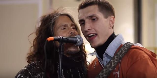 【動画あり】世界的ロックバンド「エアロスミス」のスティーブンタイラーさんがストリートミュージシャンの路上ライブに乱入
