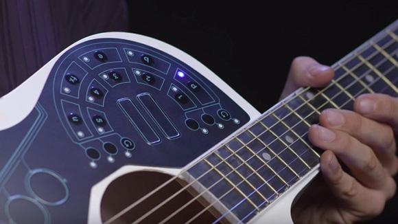 【動画あり】ギターに貼るだけで「ドラム・ベース・シンセサイザー」の音が出せるハイテク楽器『アクパッド』がマジでカッコE!
