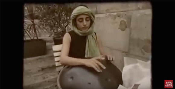 【神秘】ハリウッド女優が演奏する激レア楽器「ハングドラム」の音色が幻想的すぎる