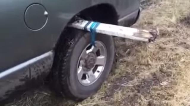 【ライフハック動画】泥にはまった車の脱出方法! 簡単に抜け出せそうで覚えておくと重宝するかも!!