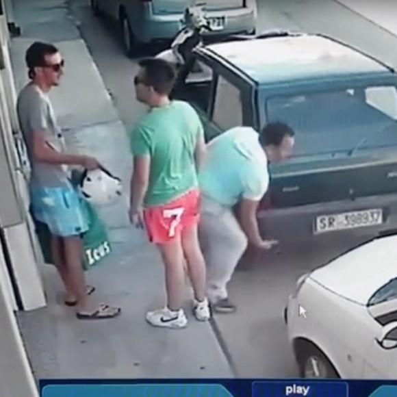 【衝撃動画】なんじゃこりゃ!? 自力で「車を持ち上げて」移動する男
