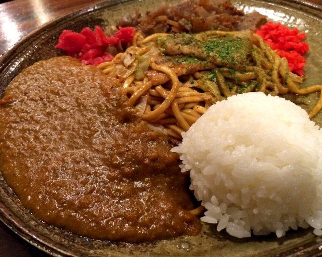 【カレー探求】ご飯はあくまでもおかず! 麺がメインの「カレーのっけ焼きそば」 東京・大久保『鉄板バーはち』