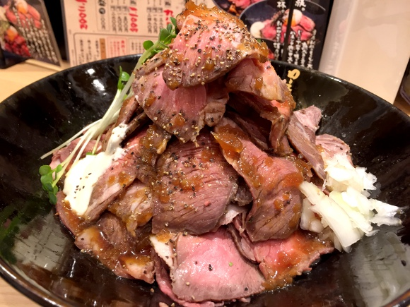 【爆盛り】赤肉のチョモランマや~! 新宿に「ローストビーフ油そば」誕生ッ!! 歌舞伎町『ビースト』
