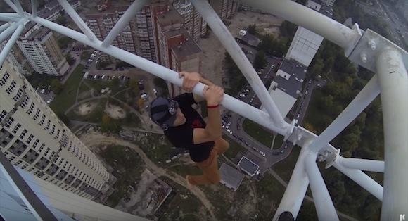 【ガクブル動画】見るだけで寿命が縮む! 片手一本で超高所からぶら下がる男性が命知らずすぎてヤバい