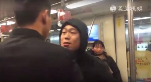【衝撃格闘動画】中国の地下鉄でケンカ勃発! カンフー経験者がオラついた若者を一瞬で撃退する