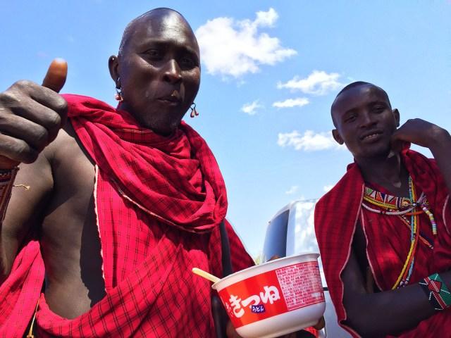 【衝撃】日本のカップうどん『赤いきつね』がアフリカで大人気! マサイ族とケニア人「これマジでウマいわ……」