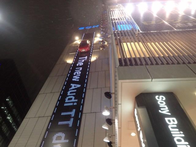 【スゴすぎ】アウディが銀座の中心に8000個のLEDを使った30mの光の滑走路を建築! あまりの壮大さにマジでビビった