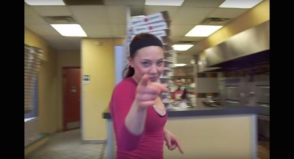 【神業動画】ドヤ顔も納得! 秒速でピザ箱を作りまくるオネーサンがめちゃスゴい!!