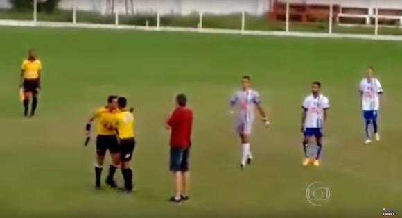 【衝撃サッカー動画】前代未聞の大暴挙! ブラジルの試合でブチギレた審判がカードではなく銃を突きつける事件が発生!!