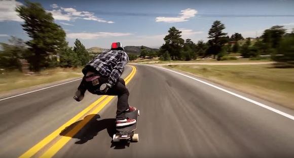 【衝撃動画】スケボーで時速112キロ! 公道を猛スピードで疾走する映像がチビってしまうほど恐ろしい