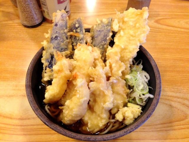 【立ちそば放浪記】見た目も豪華な天ぷら祭り! 夫婦(めおと)そば屋『とんがらし』