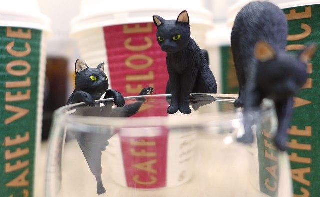 【フルコンプ画像】「カフェ・ベローチェ」などでもらえる黒猫フィギュア『ふちねこ』が可愛すぎて鼻血ブーッ!! コンプ5種類がコレだ!