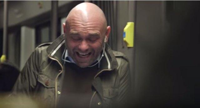 笑顔は伝染するって本当? 満員電車でオッサンが笑い続けたらこうなった!!
