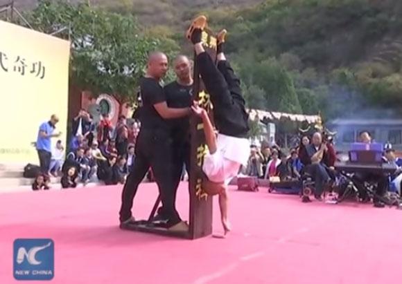 【動画あり】これが少林寺の秘伝技だ! 武僧が伝説の絶技「一指禅」を披露して世界が舌を巻く