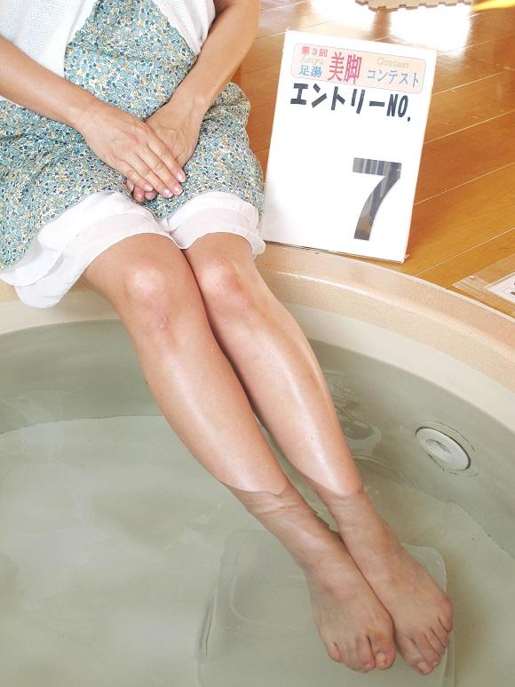 群馬県で「足湯美脚コンテスト」開催中! 本物の女子50名以上が生足でエントリー!! スゴイことになってるぞっ