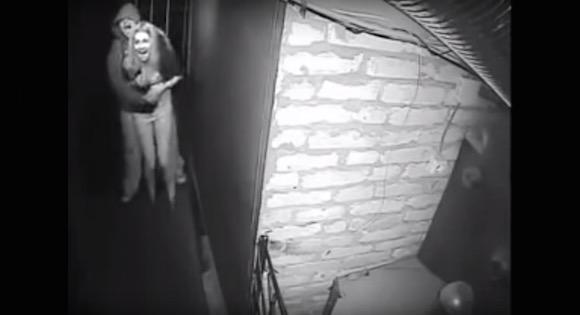 【衝撃動画】超ビビリの男が彼女と一緒にお化け屋敷に入ったらヤバいことになった