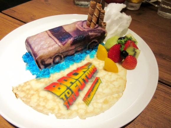 期間限定オープン中の『バック・トゥ・ザ・フューチャー』公式カフェに行ってきた! 「デロリアン」を食べられるってマジかよ!!