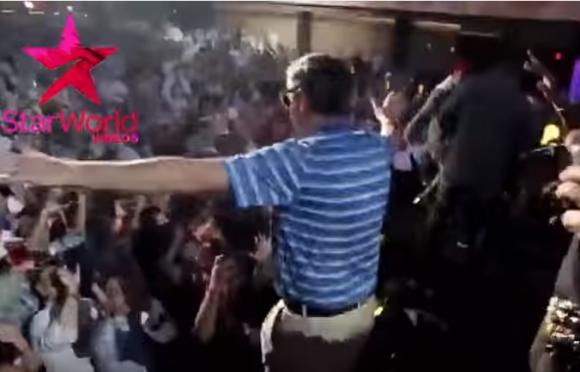 【衝撃ライブ動画】男性がステージからダイブ → 客がよける → 男性が床に体を強打