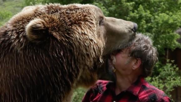 【衝撃動画】ムツゴロウさんもびっくり!? 超巨大熊「グリズリー」と暮らす男が勇敢を通り越してもはや理解不能!!