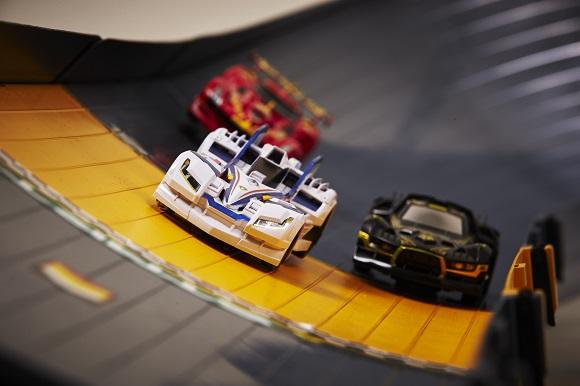 バンダイがミニ四駆世代にはたまらない新レーシングホビー『ゲキドライヴ』を発表! 仕切りがないフリーレーンでのレースとか熱すぎィィィ!!