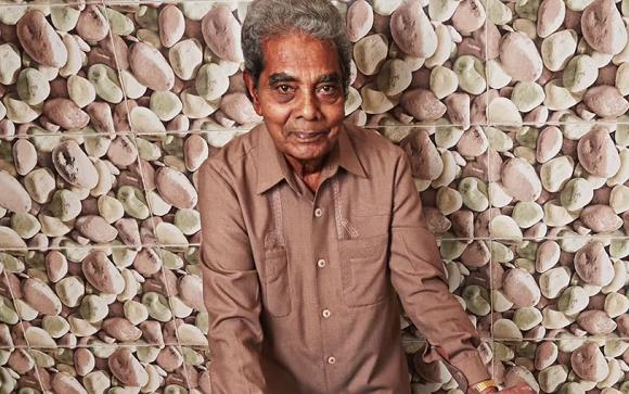 【衝撃動画】インド人男性が爪を「62年間」伸ばし続けギネス記録に認定される