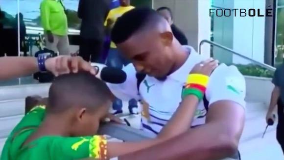 【サッカー動画】憧れのスーパースター選手に出会った少年たちの反応が涙腺崩壊するほど感動的