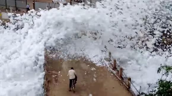 【衝撃動画】インドでフワフワの白い物体が大発生! 住民の生活を脅す / 正体は毒の泡