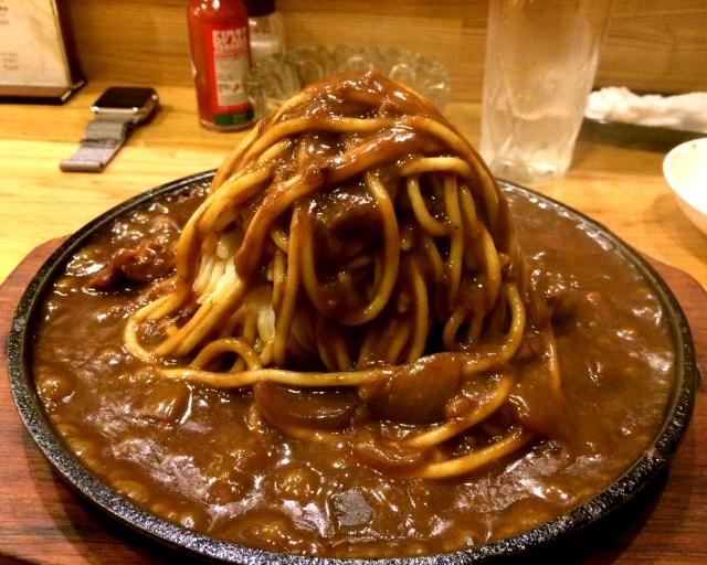 【カレー探求】山盛りとはこのことだ! ルウの海に麺の山が浮かぶ ハピネスの「カレースパゲッティー」