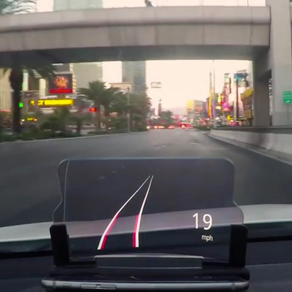 【動画あり】戦闘機用の技術を応用したスマホ車載スタンド「HUDWAY Glass」が話題