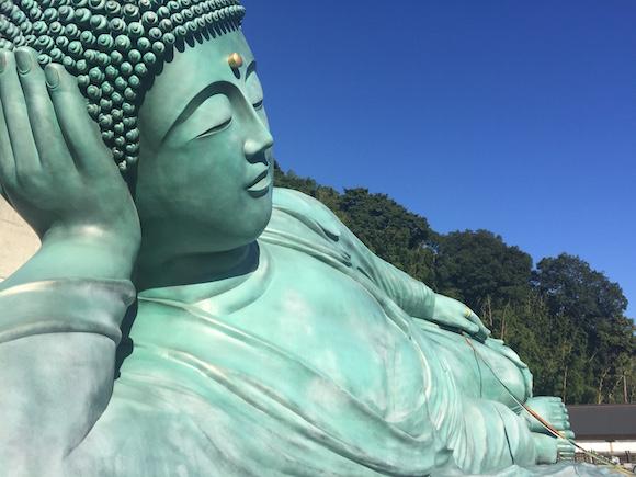 【珍スポット】想像を遥かに超えるド迫力! 福岡県には「世界一大きい横たわる大仏」がある