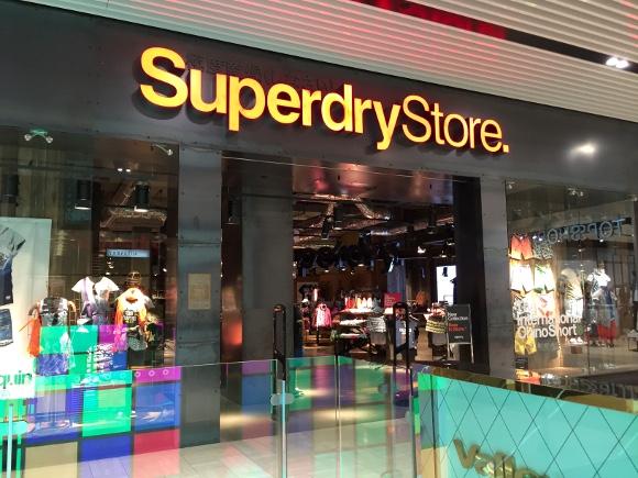 【マジかよ】日本人が知らないクールジャパン!「意味不明な日本語デザイン」のファッションブランド『Super Dry』が世界を席巻中らしい