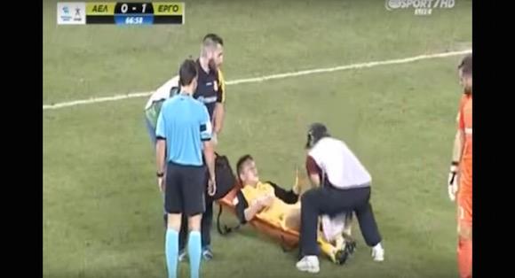 【衝撃サッカー動画】かつてない雑な対応で負傷者を運ぶスタッフが激撮される