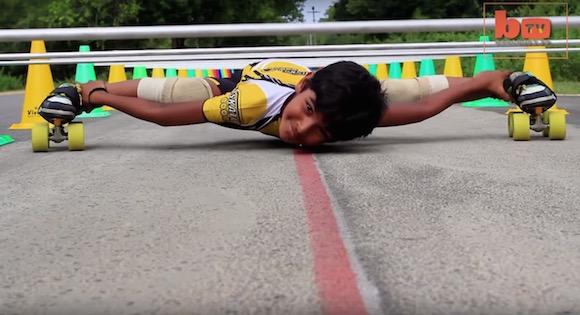 【衝撃動画】リンボー界の光GENJI! 世界一低い姿勢でローラースケートを乗りこなすインドの少年がスゴすぎる!!