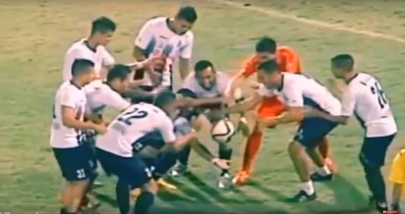 【動画あり】サッカー史上初!? ゴールパフォーマンスで絶対にタネを見破れない手品が披露され話題