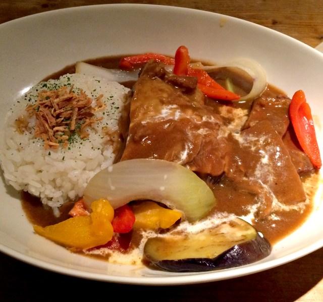 【カレーフェス】ステーキ並の巨大な肉塊(200グラム)が乗った牛バラ煮込みカレー! 下北沢「CAFE okidokei」