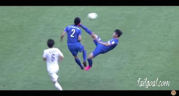 【衝撃サッカー動画】中国で仲間の顔面をオーバーヘッドキックで蹴り上げるプレーが発生