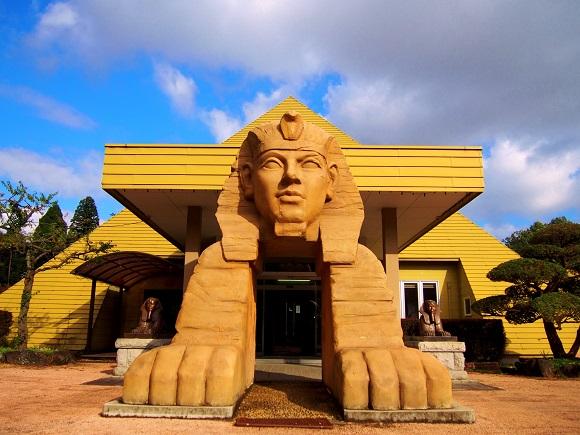 """【珍スポット】栃木県にある """"ピラミッドと温泉を組み合わせた世界初の施設"""" に行ってみた! 宇宙エネルギーの源泉かけ流しで効果は「生命力の強化」"""