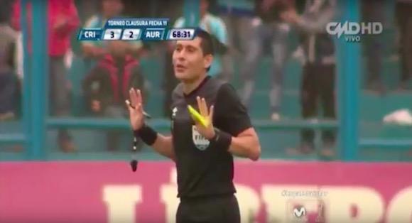 【衝撃サッカー動画】審判が決勝ゴールをアシストする珍プレーがペルーで誕生